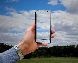 pantalla del teléfono móvil 300x244 - Geoetiquetado: estas destruyendo el medio ambiente sin darte cuenta