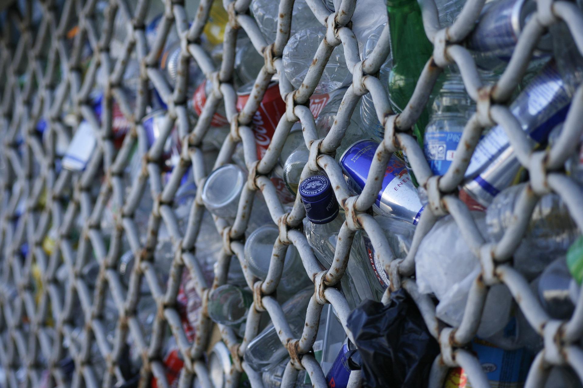 El arte de construir casas con residuos de plástico